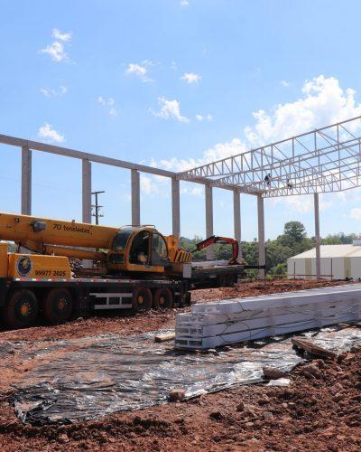 EQUIPES TRABALHAM NA CONSTRUÇÃO DA BEIRA RIO