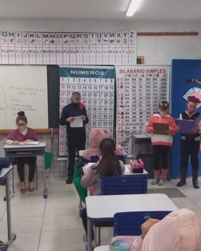 ESTUDANTES PRESENTEIAM COLEGAS E EDUCADORES